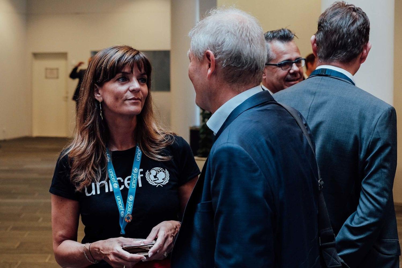 Charlotte Bøie fra UNICEF Danmark taler med gæster til årets VL Døgn