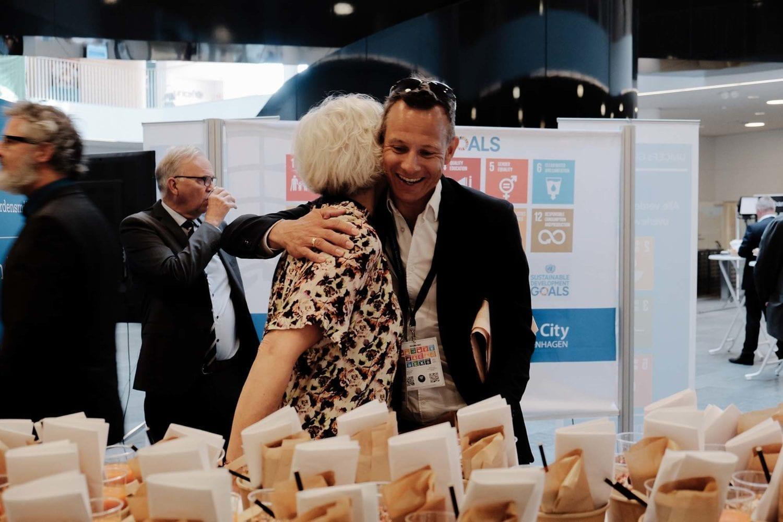 Director of corporate partnerships and innovation Mette Dyhr hilser på en gæst til årets VL Døgn