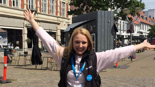 Som fundraiser hos UNICEF står på gaden og hverver faste støtter