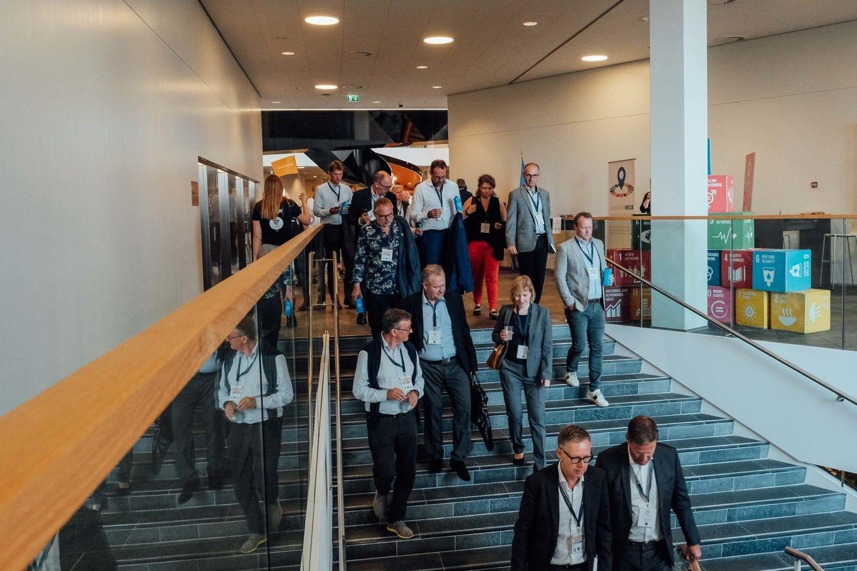 Deltagere til årets VL Døgn på vej til FN-byens auditorium, hvor første session finder sted