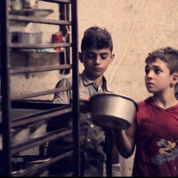 2 drenge laver børnearbejde