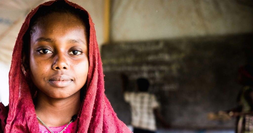 14-årige Faozea Mahmout står i sit klasseværelse i Chad.