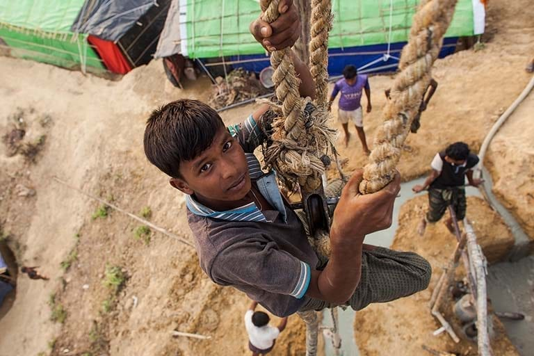 15-årige Nurul Amin arbejder i en brøndboring i Cox Bazar, Bangladesh.