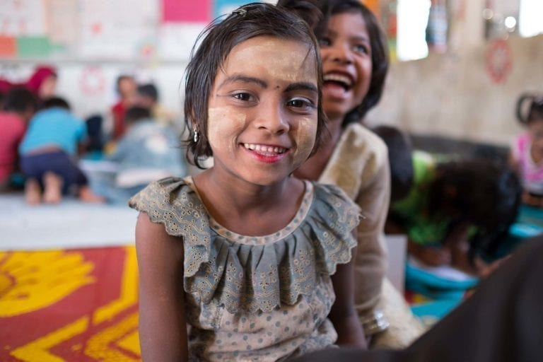 6-årige Taslima til undervisning på et UNCEF-læringscenter i Bangladesh.