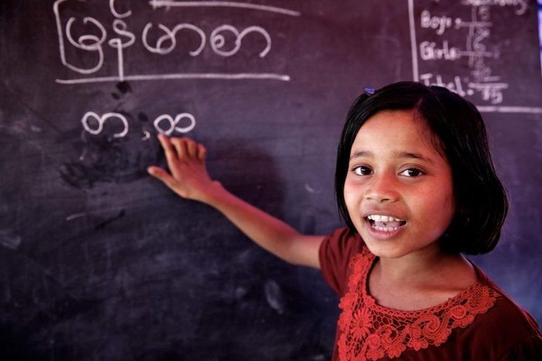 9-årige Sabina er til undervisning på et UNICEF-læringscenter i en flygtningelejr for Rohingya-flygtninge i Bangladesh. UNICEF arbejder for at få alle børn i skole, også børn der lever i konflikt- og katastrofesituationer.