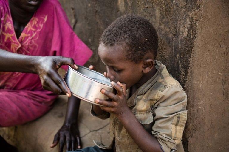 7-årige Rumering fra Jebel Yesua, Sydsudan, drikker forurenet vand, som hans mor giver ham.