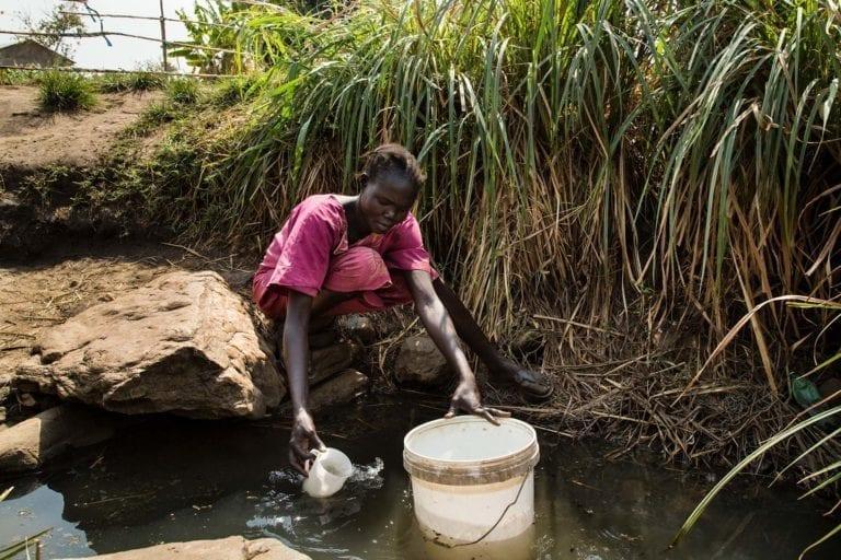 Rumerings familie har ikke adgang til rent vand. I stedet henter hans mor vand fra en forurenet kilde i nærheden.