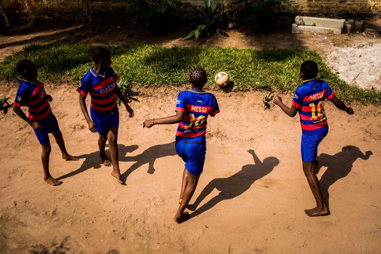En flok piger spiller fodbold på centret for tidligere børnesoldater.