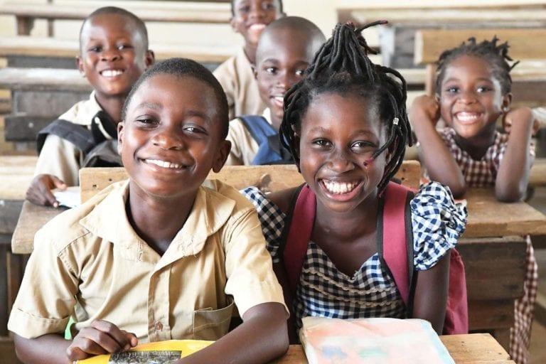 Skoleelever til klasse på en UNICEF-støttet grundskole i Elfenbenskysten.