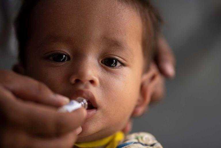 18-måneder gamle Rohingya-flygtning Mohammad Omeer bliver vaccineret for kolera i Bangladesh