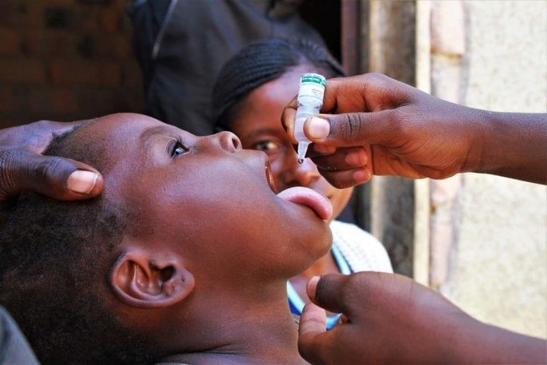 En pige bliver vaccineret mod polio i DR Congo.