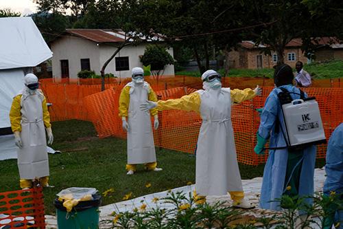 Sundhedspersonale bliver grundigt renset efter de har tilset patienter i et Ebola sundhedscenter i Butembo.