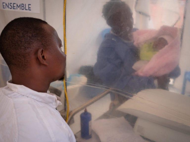 Thomas besøger sin 1 uge gamle datter Benedicte, der passes af en Ebola overlever på et treatment center i Beni. Thomas kone døde af Ebola, og hans datter er nu ramt.