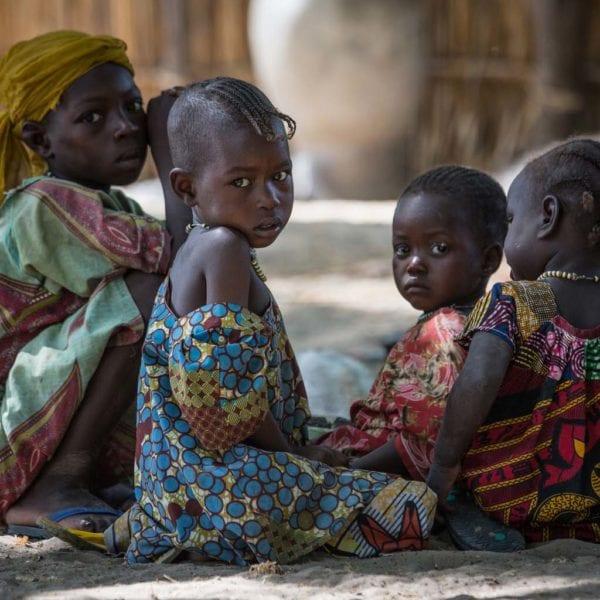 Bada på 3 år sidder med en gruppe IDP børn i Chad