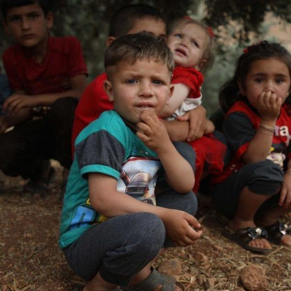 Syriske børn fra Idlib provinsen er flygtet til en lejr uden for byen Aqrabat