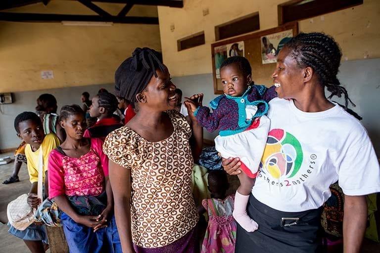 I dag er Maria (til højre) mentor i det UNICEF-støttede projekt Mothers2Mothers, hvor hiv-smittede mødre udbreder viden om sygdommen til andre mødre i Malawi.