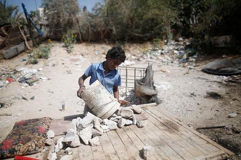 13-årige Ahmad fra Gaza, Palæstina, arbejder hver dag med at samle murbrokker i stedet for at gå i skole.