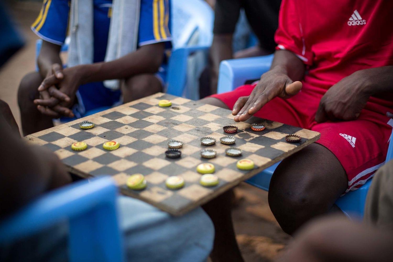Drenge spiller skak på reintegrationscentret.