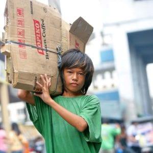 Et gadebarn laver børnearbejde i Filippinerne