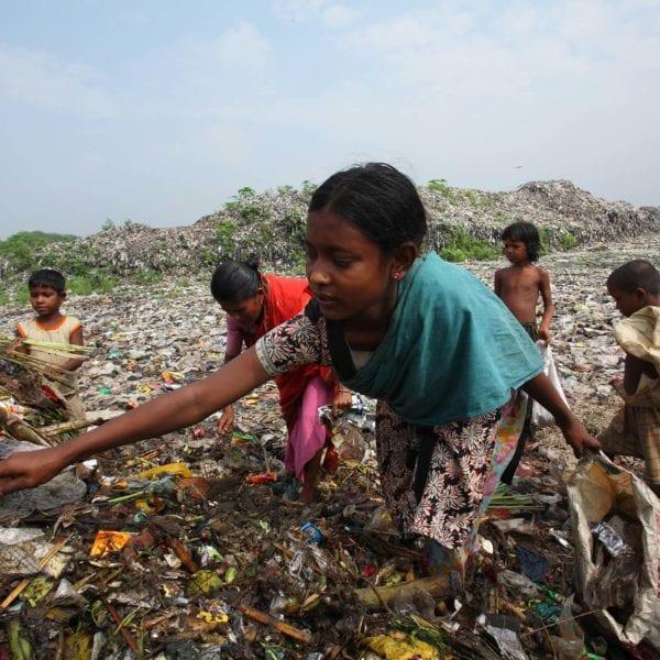 Gadebørn leder efter mad og andre værdisager på en losseplads