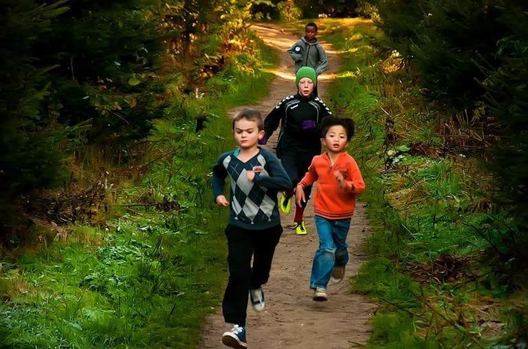 Elever fra Værebro Skole (nu Skovbrynet Skole) løber en MOVEATHON for at samle penge til udsatte børn.