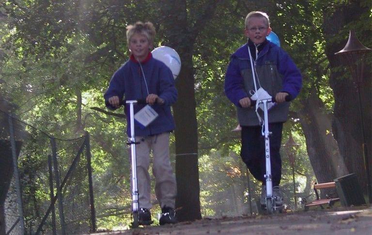 2 drenge løber på løbehjul til deres Moveathon motionsløb