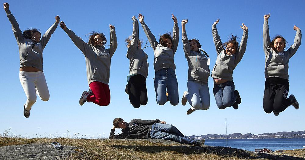 En gruppe børn fra NAKUUSAs første børnepanel hopper