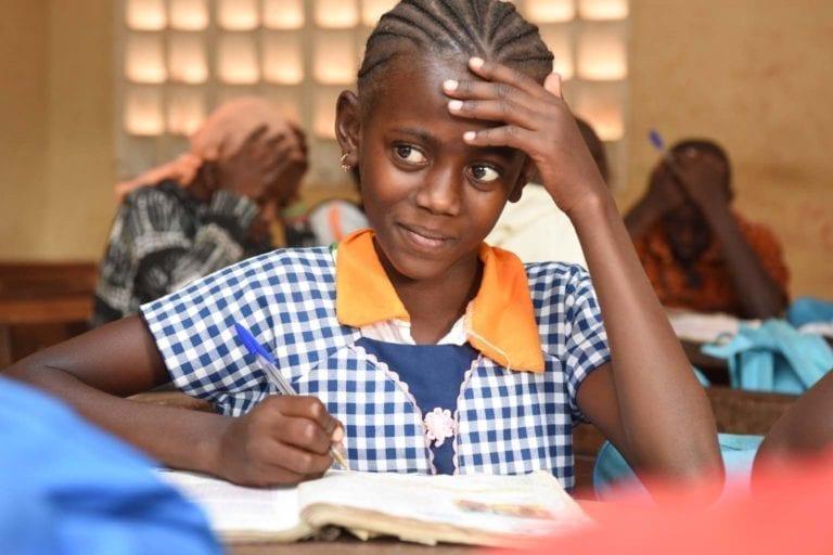 Elev i en klasse i Kimbirila-Sud i Côte d'Ivoire, hvor mindre end 7 ud af 10 børn går i skole. I store dele af Afrika prioriterer familier grundet fattigdom at sende drengene i skole, og UNICEF støtter derfor særligt op om pigers skolegang i Afrika.
