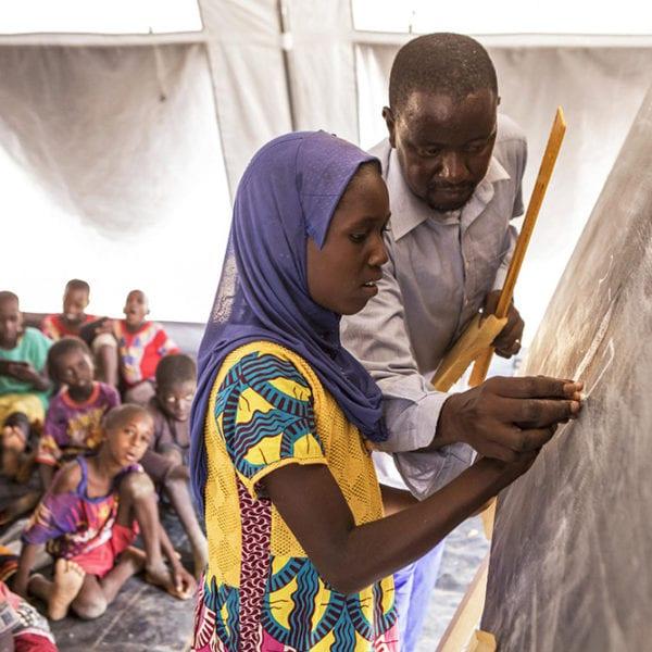 11-årige Rokiyatou fra Mali får undervisning ved tavlen i en midlertidig teltskole fra UNICEF