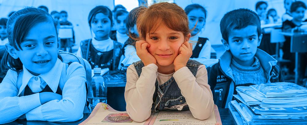 Skole skolebørn i en midlertidig skole i en flygtningelejr i Irak
