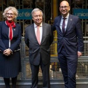 FNs generalsekretær Antonio Guterres og udviklingsminister Rasmus Prehn på besøg på UNICEFs Verdenslager i København