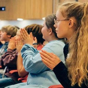 Børn i den store sal klapper til Børnetopmøde 2019