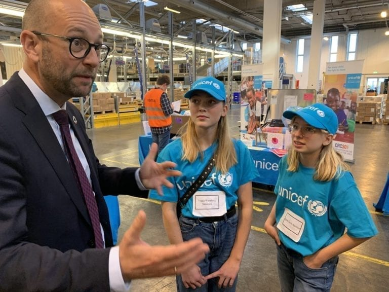 Udviklingsminister Rasmus Prehn taler med elever fra Langelinieskolen