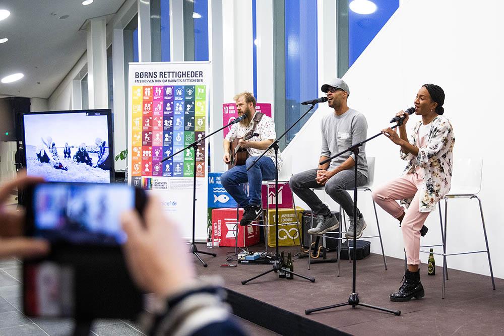 Afslutningsvist kom Alex og sang til receptionen til UNICEF Danmarks fejring af Børnenes Dag 2019 i FN-Byen.