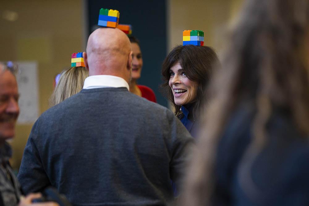 Mads Steffensen og Ellen Hillingsø med Lego klodser på hovedet under LEGO Six Bricks sessionen.