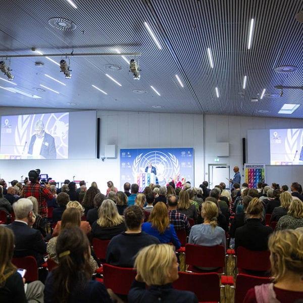 Alfred Josefsen, bestyrelsesformand i UNICEF Danmark og konferencier Mads Steffensen byder velkommen