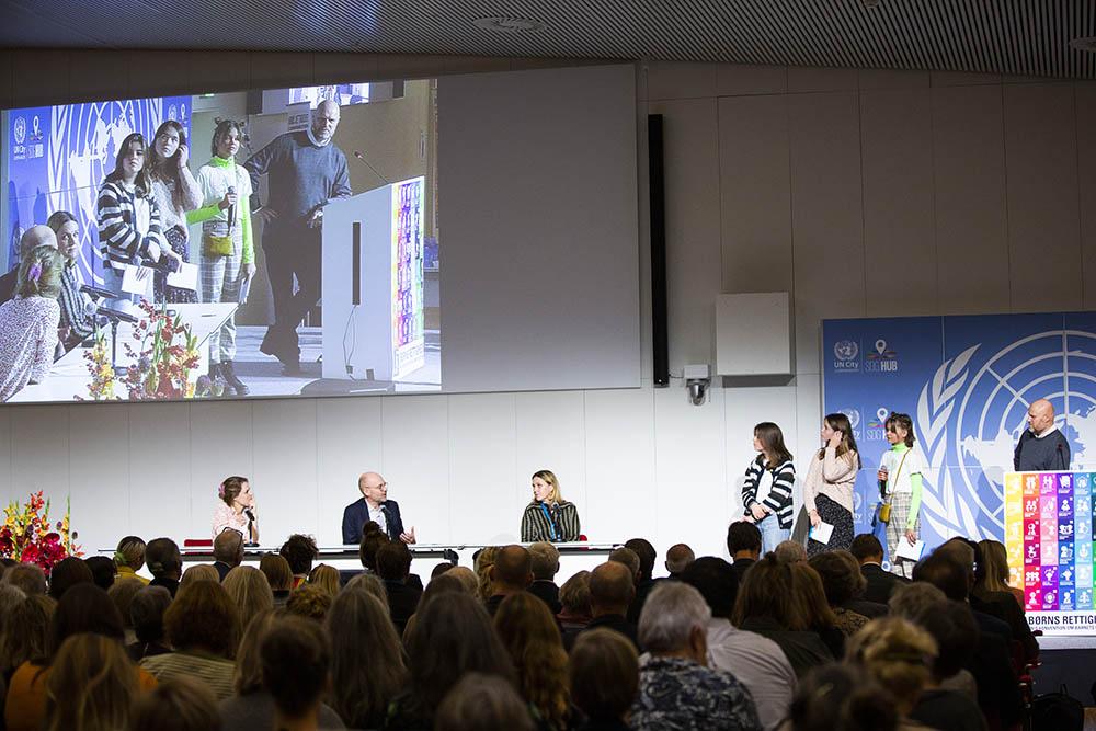 Tre piger fra UNICEFs Nationale Rettighedsråd stiller spørgsmål på baggrund af den resolution, de har skabt, til generalsekretærerne fra tre af Danmarks største børneorganisationer.