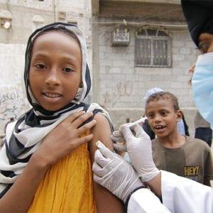 Yemen | En pige bliver vaccineret mod difteri under corona-pandemien