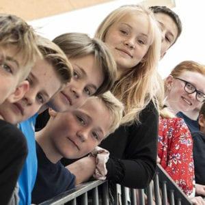 Danske børn på en trappe