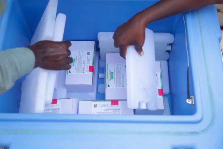 Vacciner bliver kølet i Rwanda